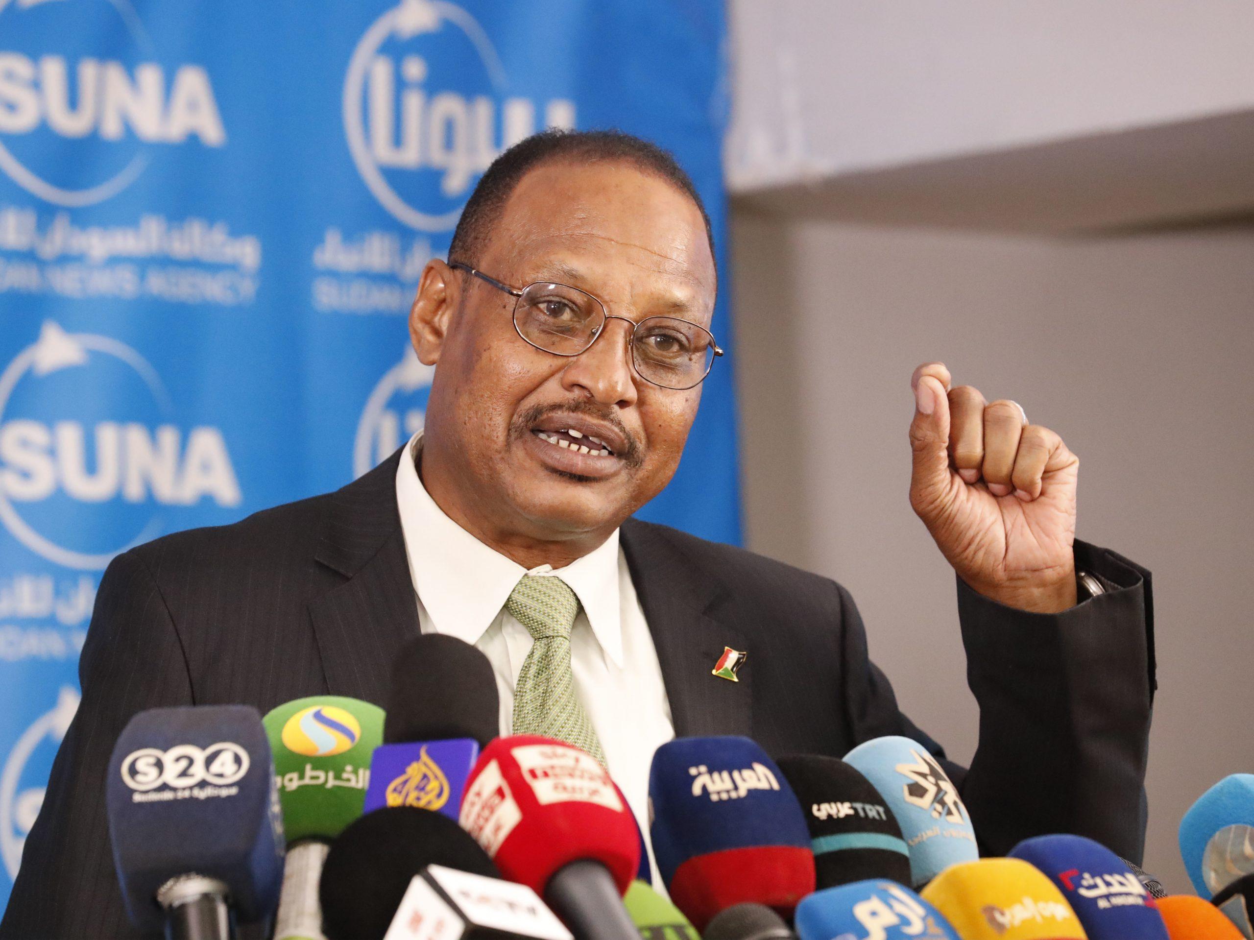 مستشار رئيس الوزراء السوداني : اختفاء 100 مليار دولار من اموال النفط في حسابات فردية