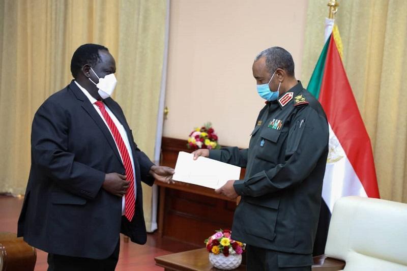 رئيس مجلس السيادة يتسلم رسالة خطية من رئيس جنوب السودان